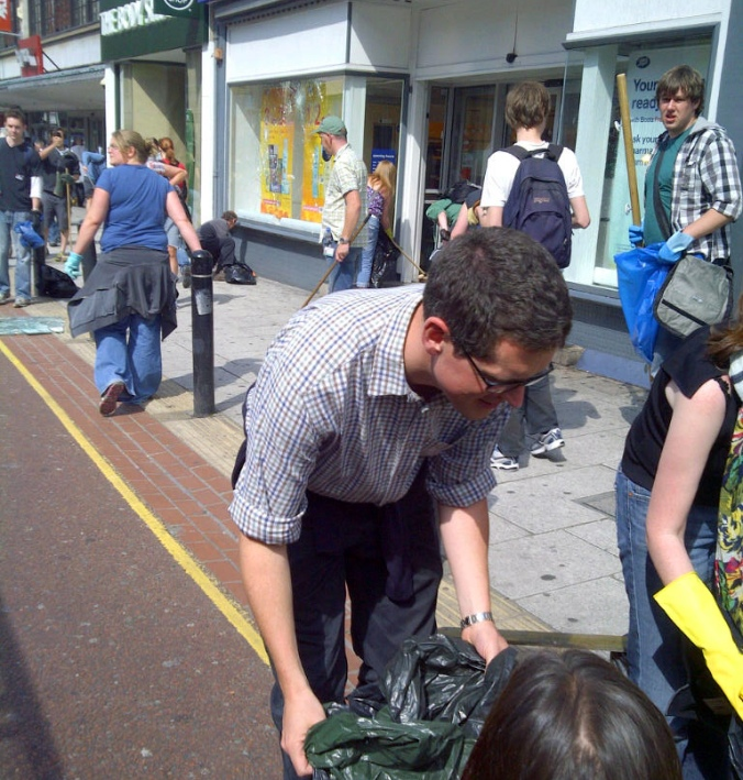 Councillor Simon Hogg joins the Clapham Junction Clean-Up